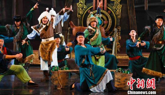 图为《千古情缘》中的歌舞表演。 冯小云摄
