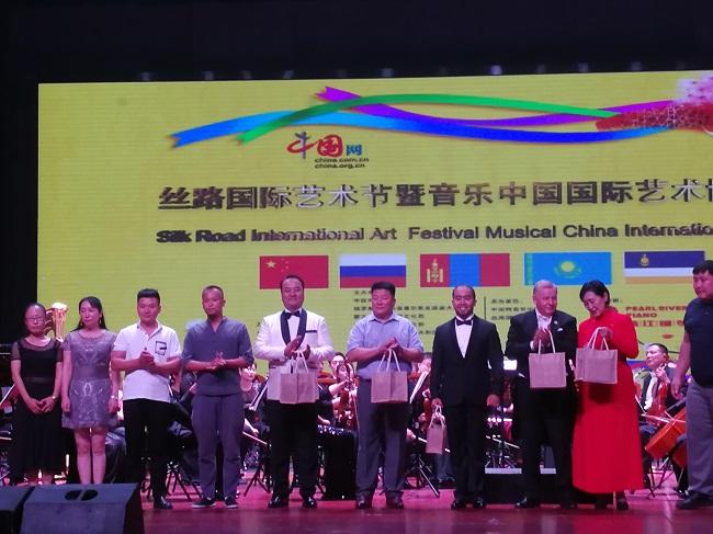 中国艺协陶瓷艺术委员会艺术家为丝路国际艺术节敬献国礼