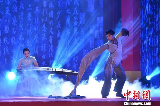 舞蹈家黄豆豆现场挥洒《墨戏》。供图