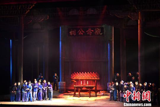 图为福建歌舞剧院带来开幕演出《松毛岭之恋》。 吕明摄