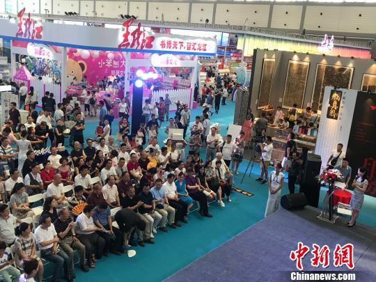 图为在西安举办的第29届全国图书交易博览会。 供图摄