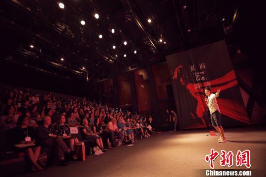 为期两日的直面鸿沟戏剧大会暨抓马教育十周年论坛8月18日在北京落幕。200多名教育和戏剧领域的学者、教师,以及关注早期儿童发展领域的父母与会,共同探讨教育戏剧实践。 抓马教育供图摄