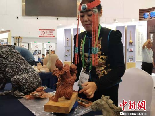 圖為文化旅遊節上的民間泥塑表演。 張林虎攝