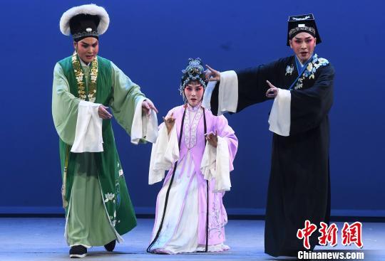 闽剧《双蝶扇》上演重阳节舞台为老年戏迷送上节日祝福。 记者刘可耕摄