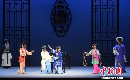 重阳节之夜,闽剧《双蝶扇》在福州福建省闽剧艺术中心剧场上演,为老年戏迷们送去节日祝福。 记者刘可耕摄