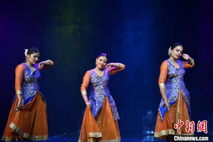 图为印度舞者演绎卡塔克舞刘冉阳摄