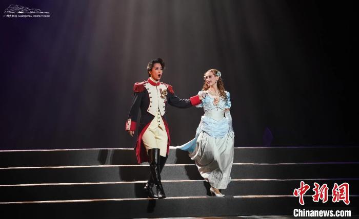 日本宝冢歌剧团OG在《剑与爱的光芒-爱着拿破仑的女人们》中的剧照。主办方供图