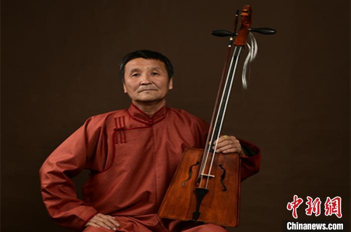 """""""北疆工匠""""乌力吉:一个月才能做出一把上乘的马头琴"""