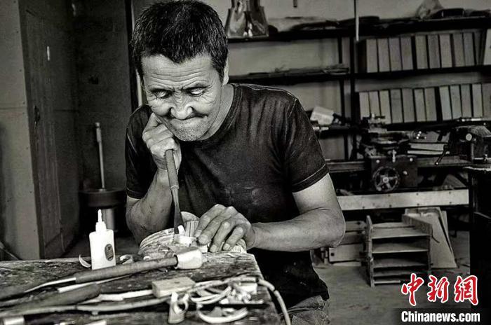 图为乌力吉在制作马头琴共鸣箱。受访者供图