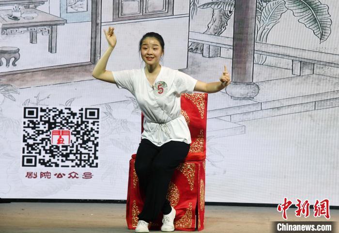 """一名参加选拔活动的""""00后""""闽剧新秀进行戏曲片段展示。 记者刘可耕摄"""