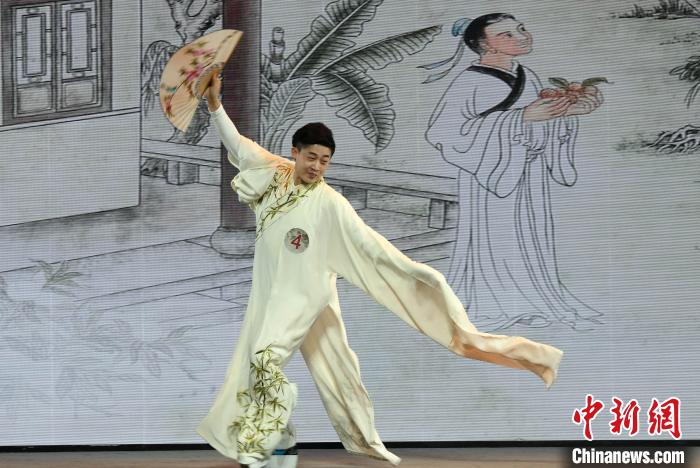 一名参加选拔活动的优秀青年戏曲演员进行戏曲基本功水袖展示。 记者刘可耕摄