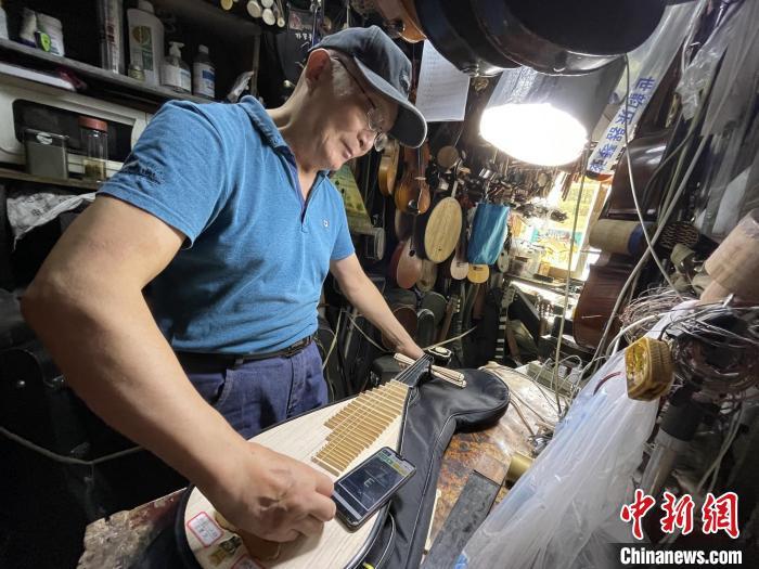 冯顺成正在修理琵琶。 康玉湛摄